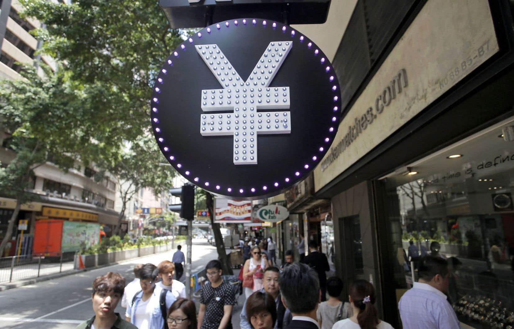 Une enseigne devant un bureau de change de Hong Kong. L'annonce du nouveau mécanisme a été saluée par les experts.