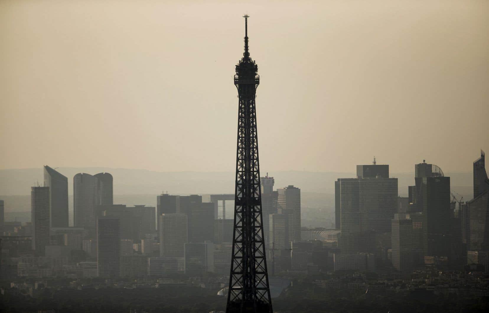 Vue sur le quartier des affaires de Paris, qui s'étale derrière le sommet de la tour Eiffel. La France a moins bien fait que prévu, avec une croissance nulle.
