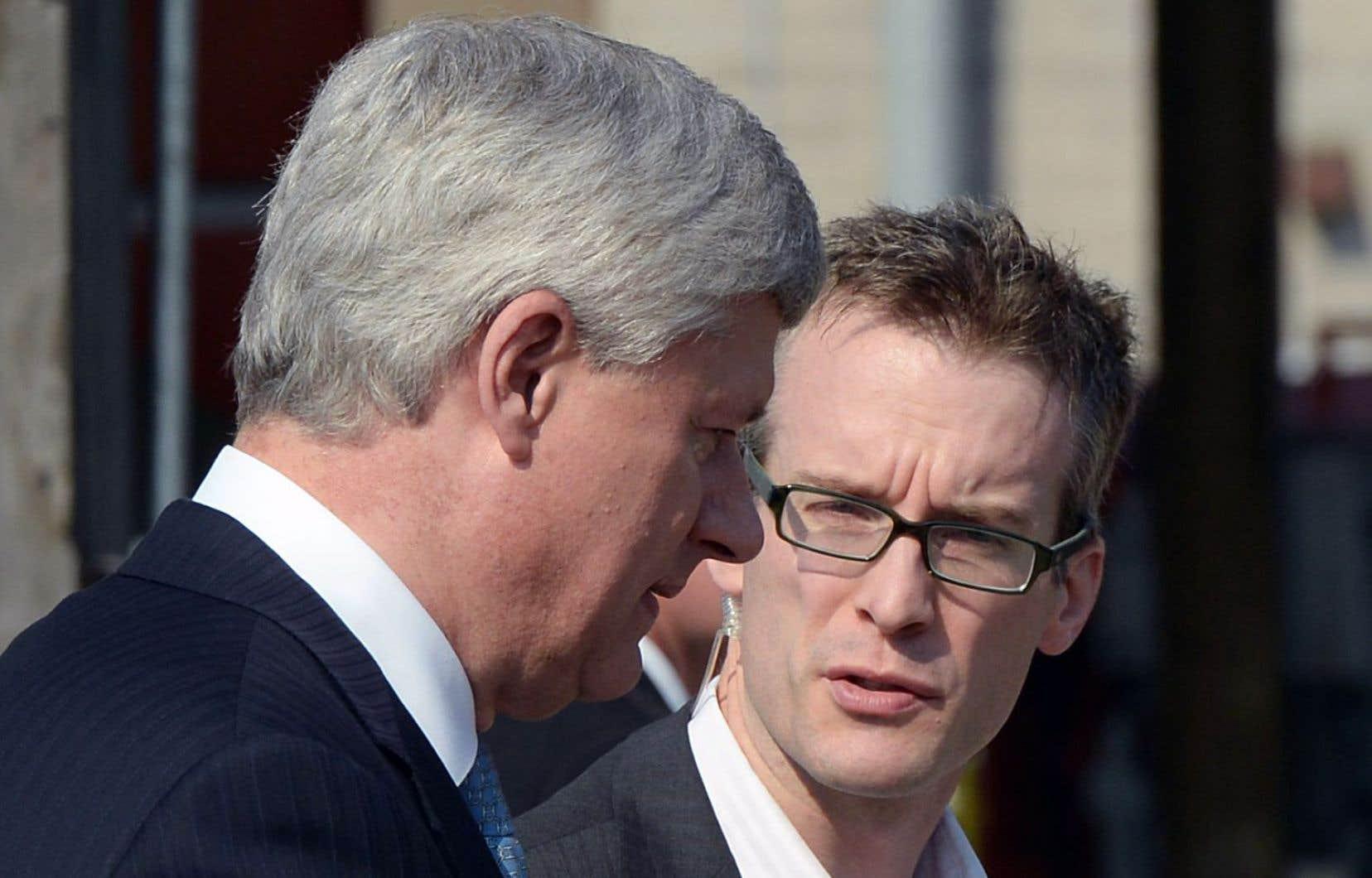 Ray Novak (à droite) conseille Stephen Harper pendant la campagne.
