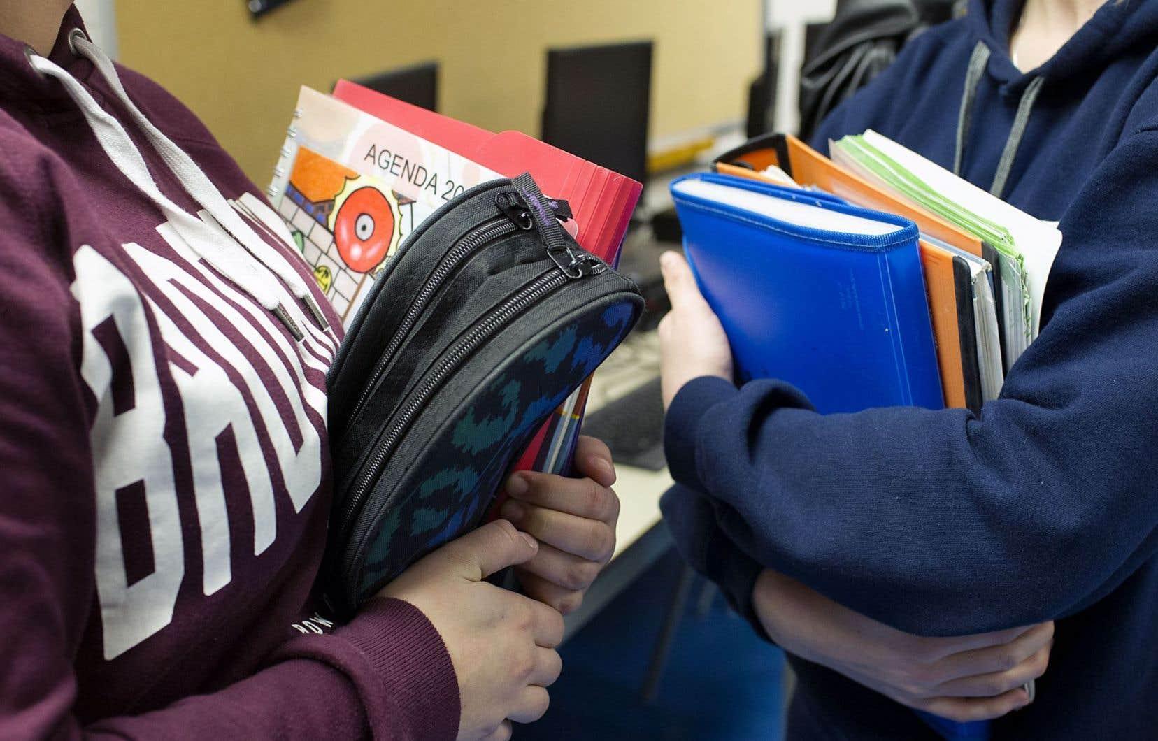 Les coûts liés à la rentrée scolaire incluent les frais reliés au matériel scolaire que la loi permet de facturer aux parents; cela comprend notamment les documents dans lesquels les élèves écrivent, dessinent ou découpent, explique la directrice générale de la Fédération des comités de parents du Québec, Lyne Deschamps.