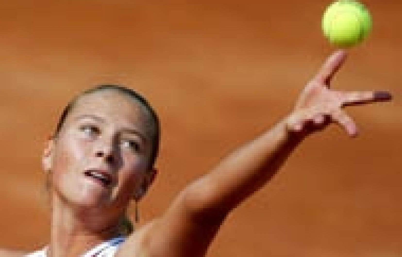 La Russe Maria Sharapova sert la balle à sa compatriote Elena Dementeva au cours d'un match qu'elle a gagné en deux sets de 6-1et 6-4.
