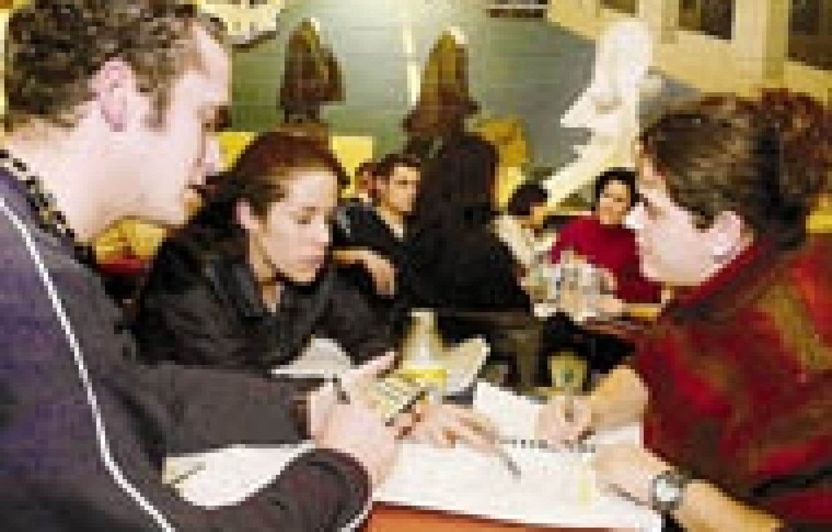Le Québec se situe au troisième rang au pays parmi les provinces affichant les droits de scolarité universitaires les moins élevés. Cela peut expliquer pourquoi le Québec ne représente que 13,3 % de tous les Canadiens profitant de la Subvention ca