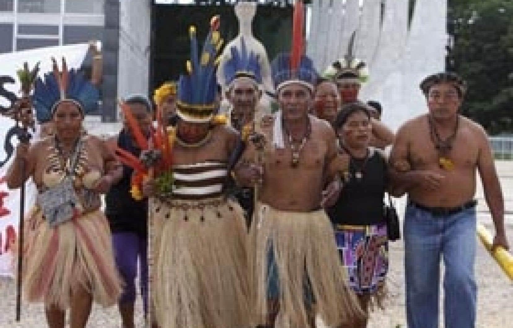 Des Indiens de la réserve Raposa Serra do Sol ont dansé hier devant l'édifice de la Cour suprême, à Brasília.