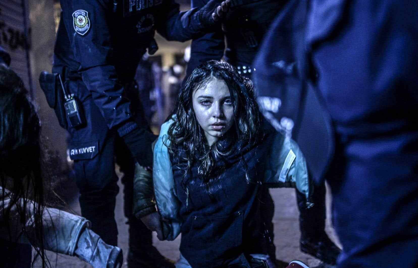 1er prix, catégorie Actualités, Photos. À Istanbul, en Turquie, une jeune manifestante est photographiée après avoir été blessée durant les affrontements entre la police antiémeute et les manifestants, faisant suite aux funérailles de Berkin Elvan, un garçon de 15ans qui a succombé aux blessures subies lors des protestations antigouvernementales de l'an dernier.