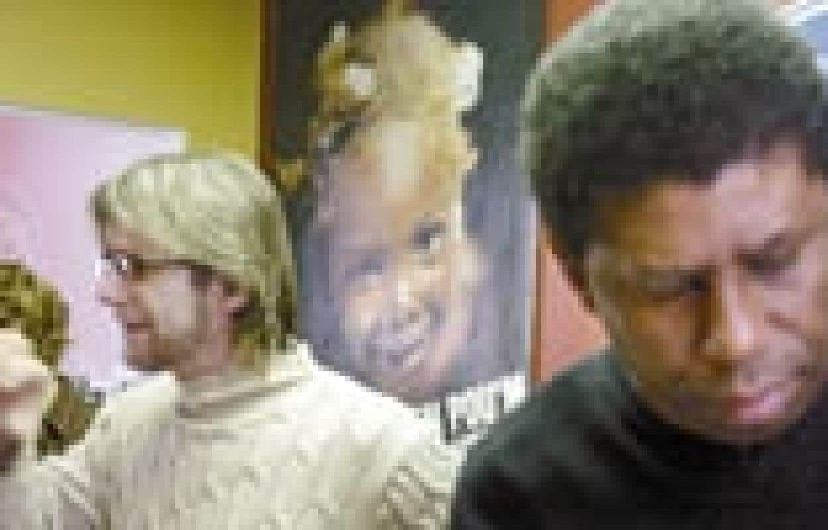 Le Dr Réjean Thomas, président de Médecins du monde Canada, accompagné de l'écrivain d'origine haïtienne Dany Laferrière, a lancé hier un appel à l'aide pour les mères et leurs enfants victimes du sida en Haïti.
