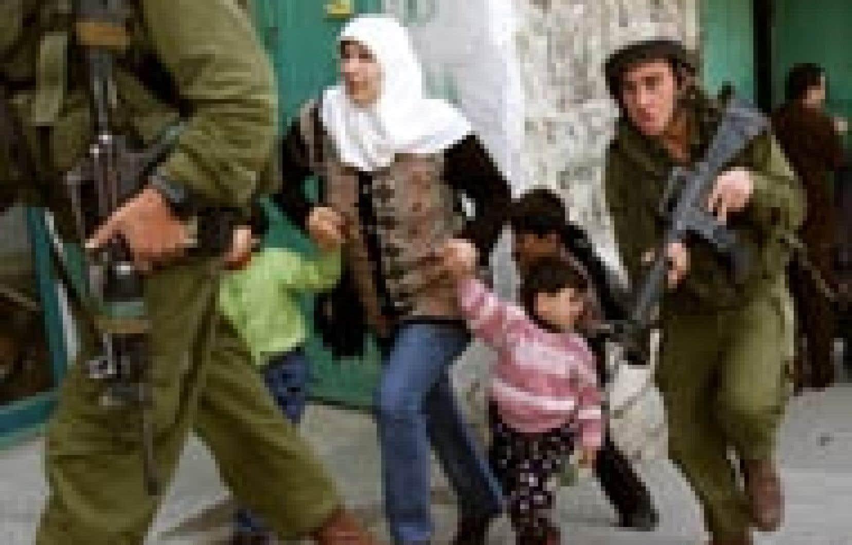 Soldats israéliens dans les rues d'Hébron hier. Dans la bande de Gaza, les forces israéliennes ont abattu deux personnes lors d'un raid. Quelques heures plus tard, un hélicoptère de Tsahal blessait quatre personnes en tentant d'abattre des act