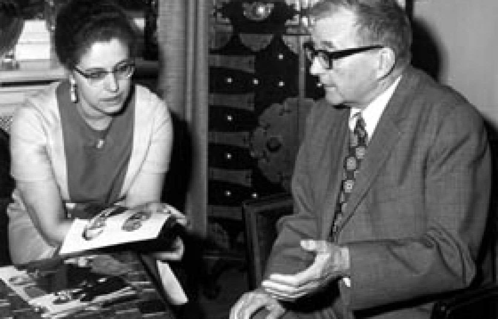 Dimitri Chostakovitch en conversation avec sa femme lors d'un séjour à Berlin au mois de mai 1972