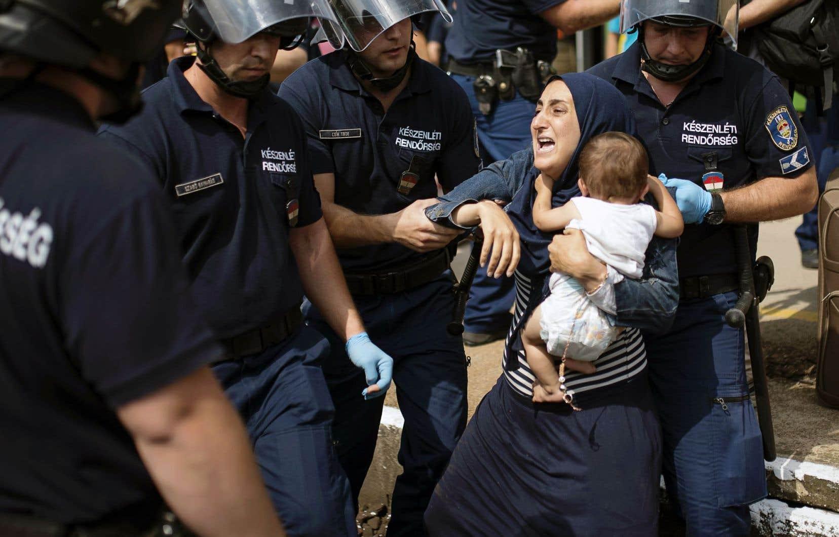 Cette femme et son enfant ont été arrêtés en Hongrie jeudi lorsque le train qui devait les mener en Autriche a été stoppé par les policiers.