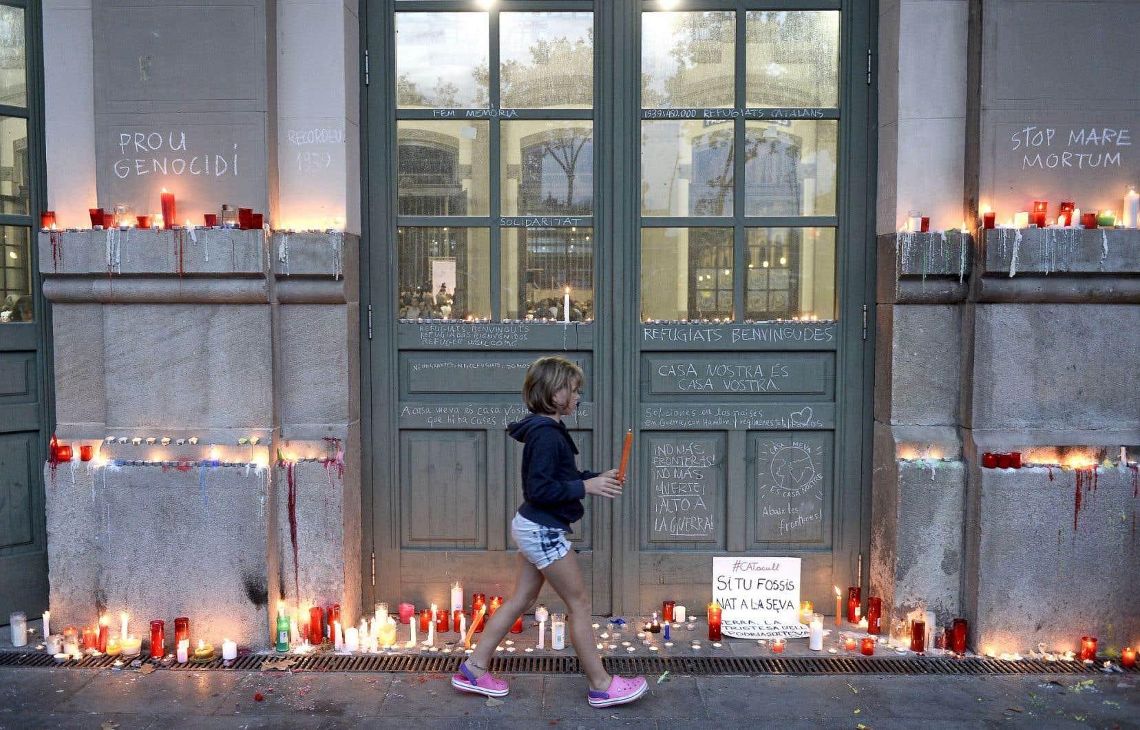 De nombreuses personnes ont allumé des chandelles devant une gare de train de Barcelone, en mémoire des déplacés disparus en mer.