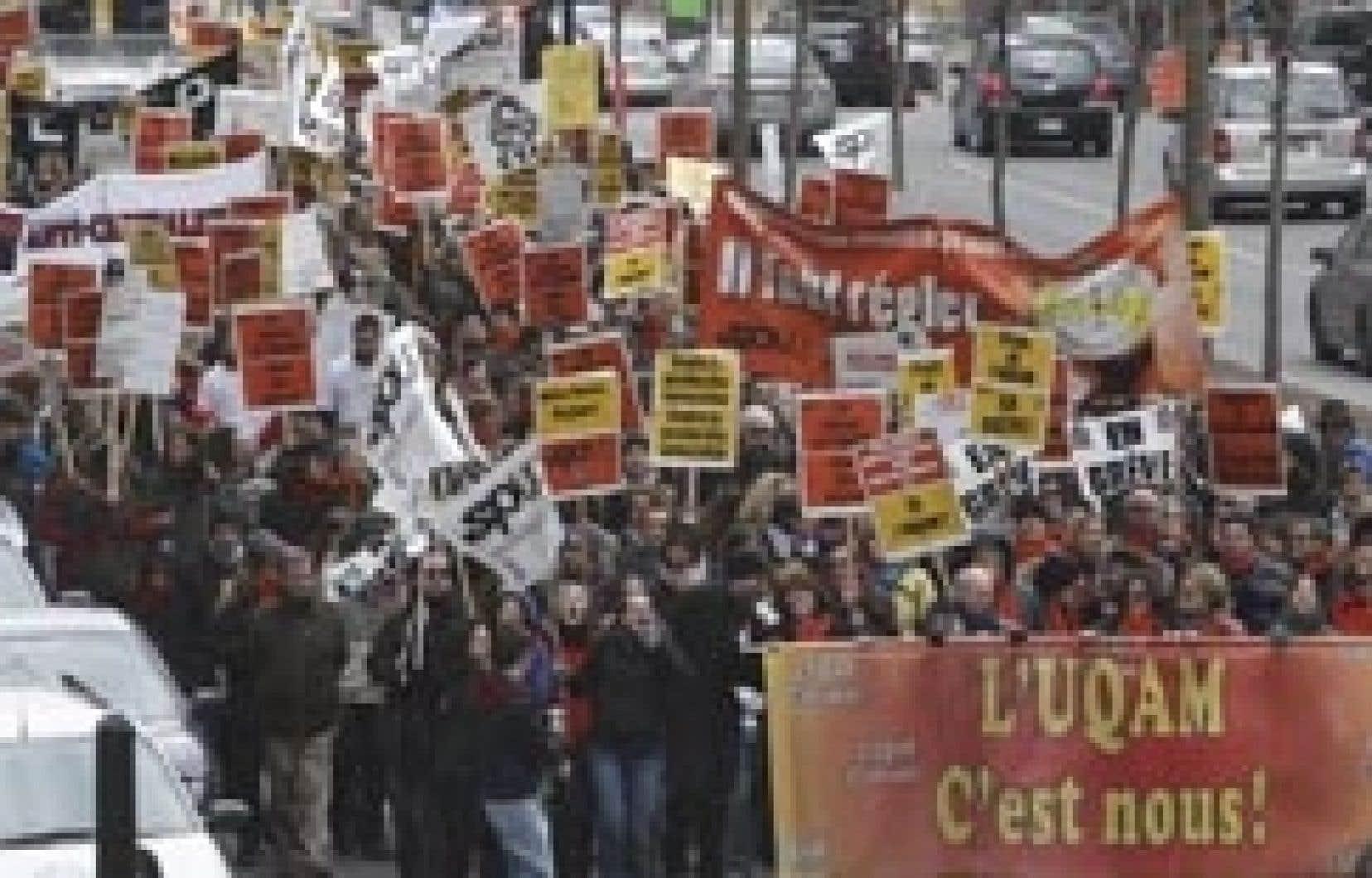 En avant-midi hier, quelques centaines de professeurs, d'employés de soutien et d'étudiants de l'UQAM ont manifesté pour exiger un financement adéquat pour leur université.