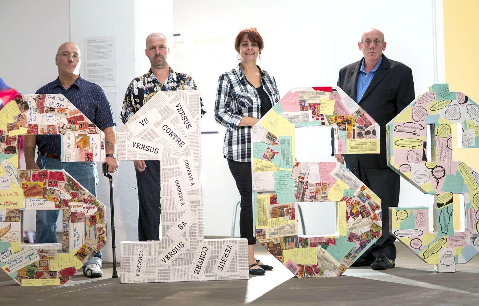 Une sculpture recouverte d'annonces de rabais dans les supermarchés représente les chiffres 616$, soit le montant mensuel de l'aide sociale de base. Derrière, Daniel Méthot, Stéphanne Guillemette, Josée Vézina et Luc Saint-Laurent.