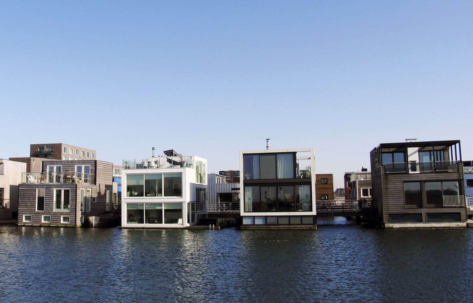 À Amsterdam, depuis 2013, le quartier expérimental IJburg construit sur des îles artificielles s'enrichit de maisons flottantes.