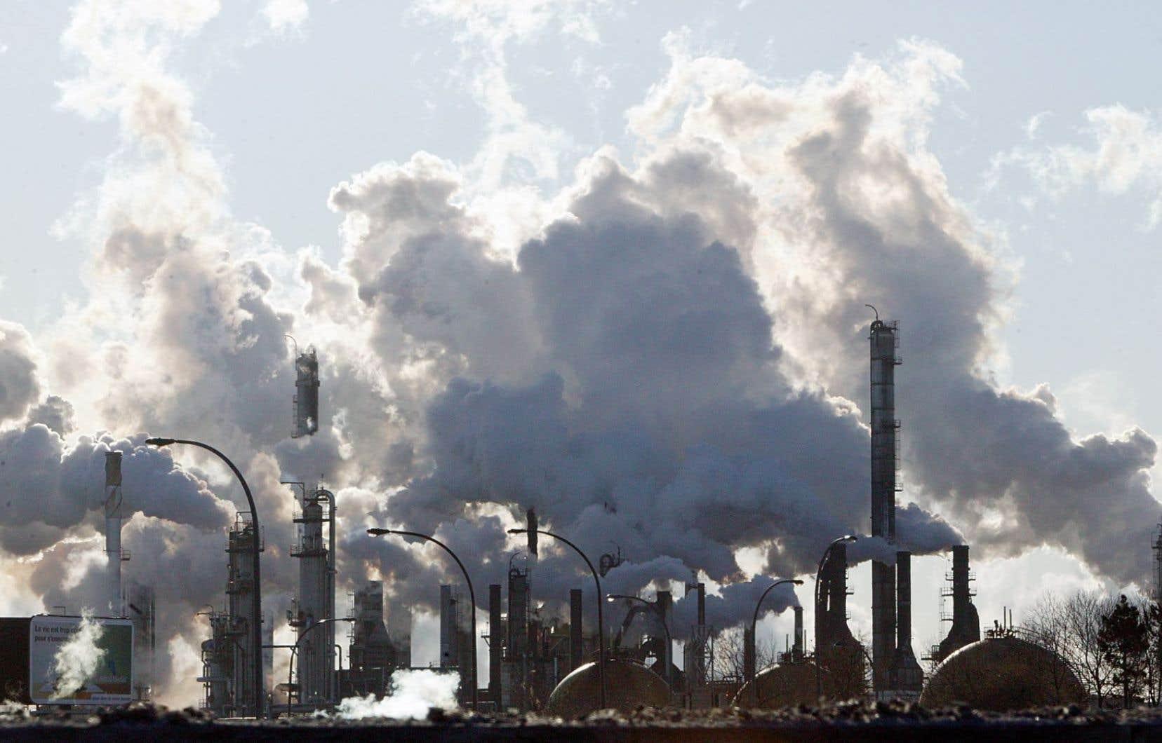 <em>« Les pays exportateurs de matières premières, comme l'Australie et le Canada, continuent d'être confrontés à de forts vents contraires avec la chute du prix de leurs exportations de pétrole, de charbon et des métaux»</em>, a expliqué l'OCDE.
