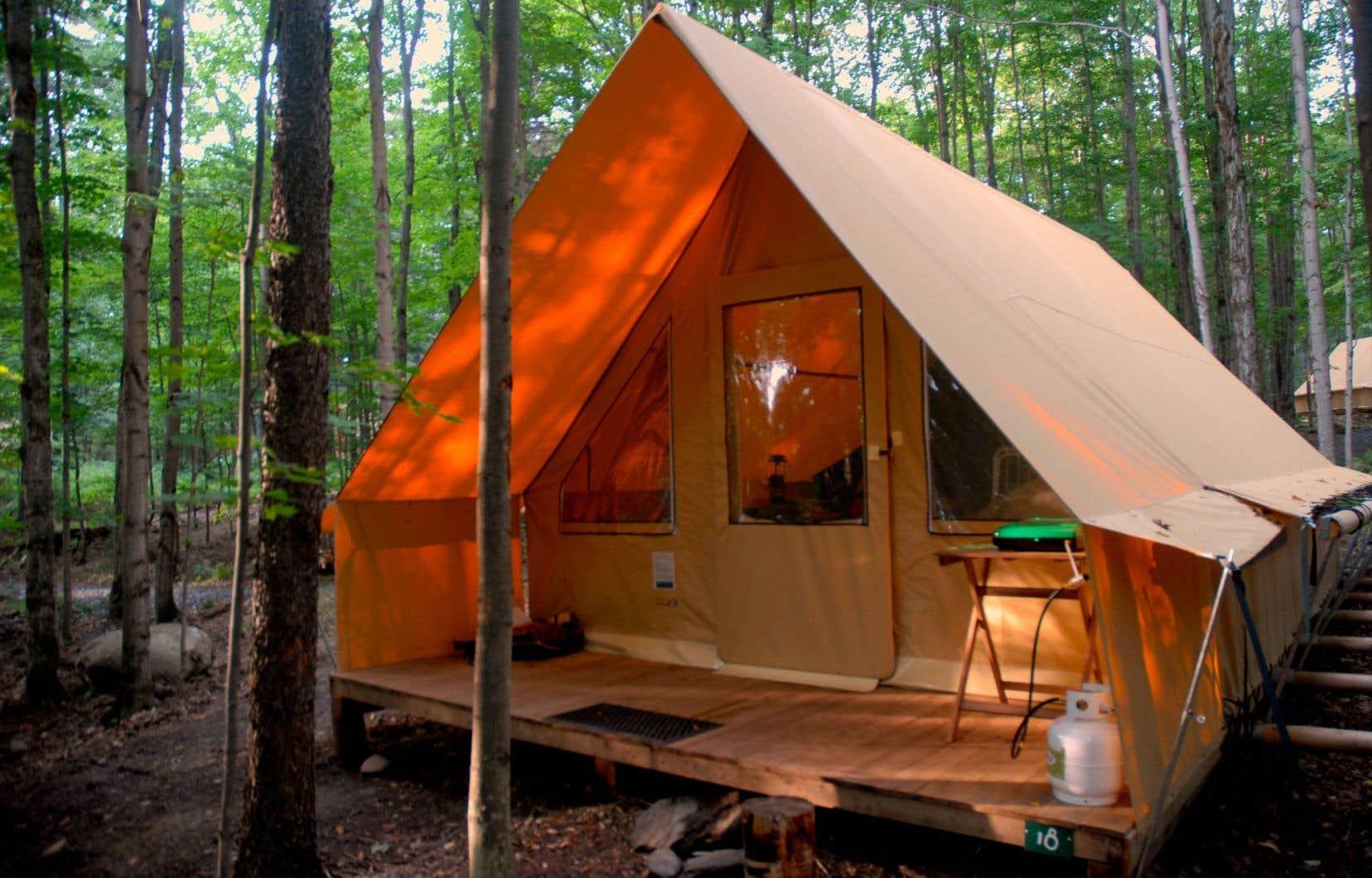 Déjà toute montée avec armature de poutres reposant sur une plateforme de bois, la Canadienne forme en fait deux tentes en une.