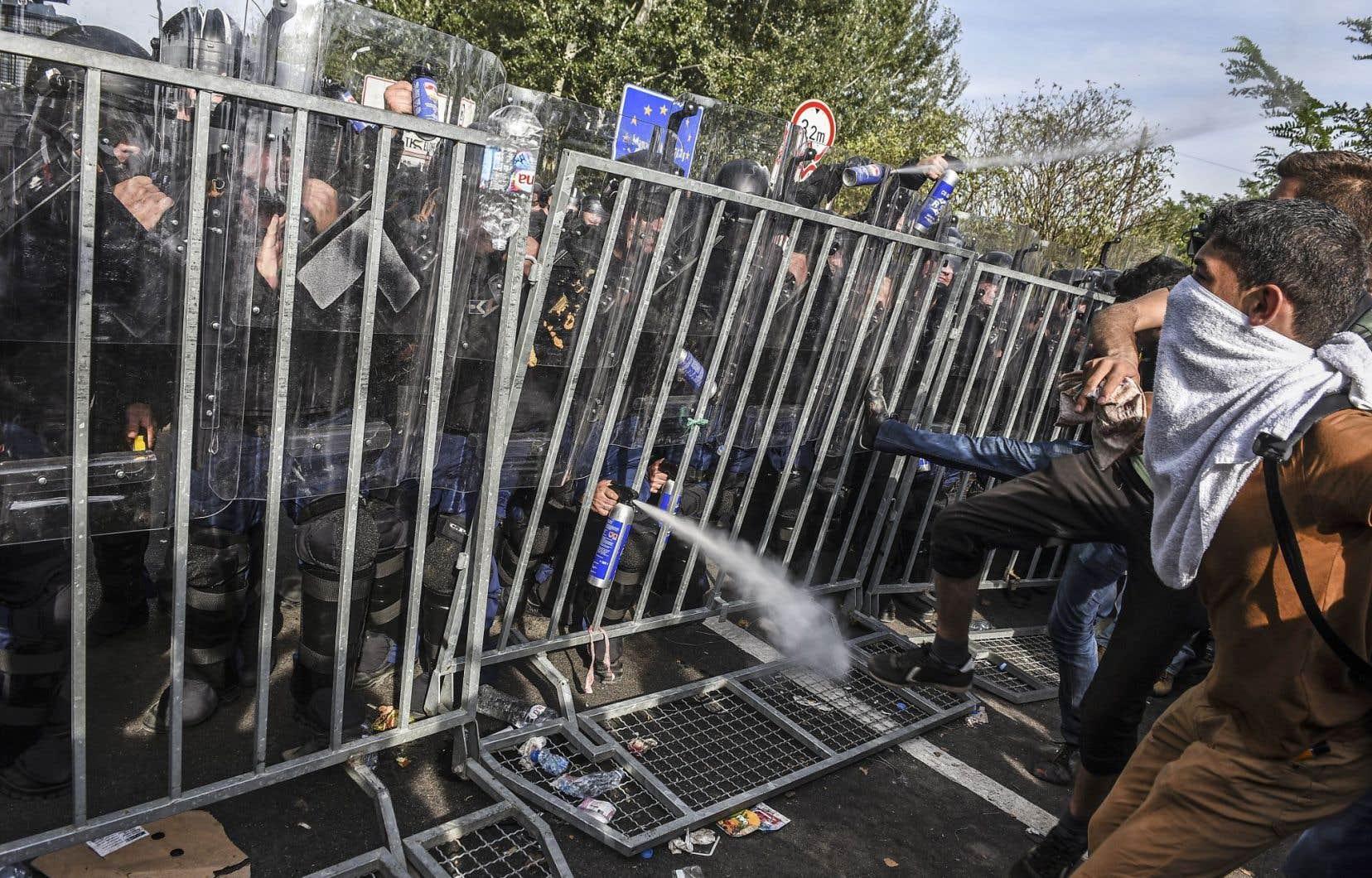 Des affrontements ont opposé des migrants et des policiers hongrois mercredi à Horgos, petite ville serbe à la frontière de la Hongrie.
