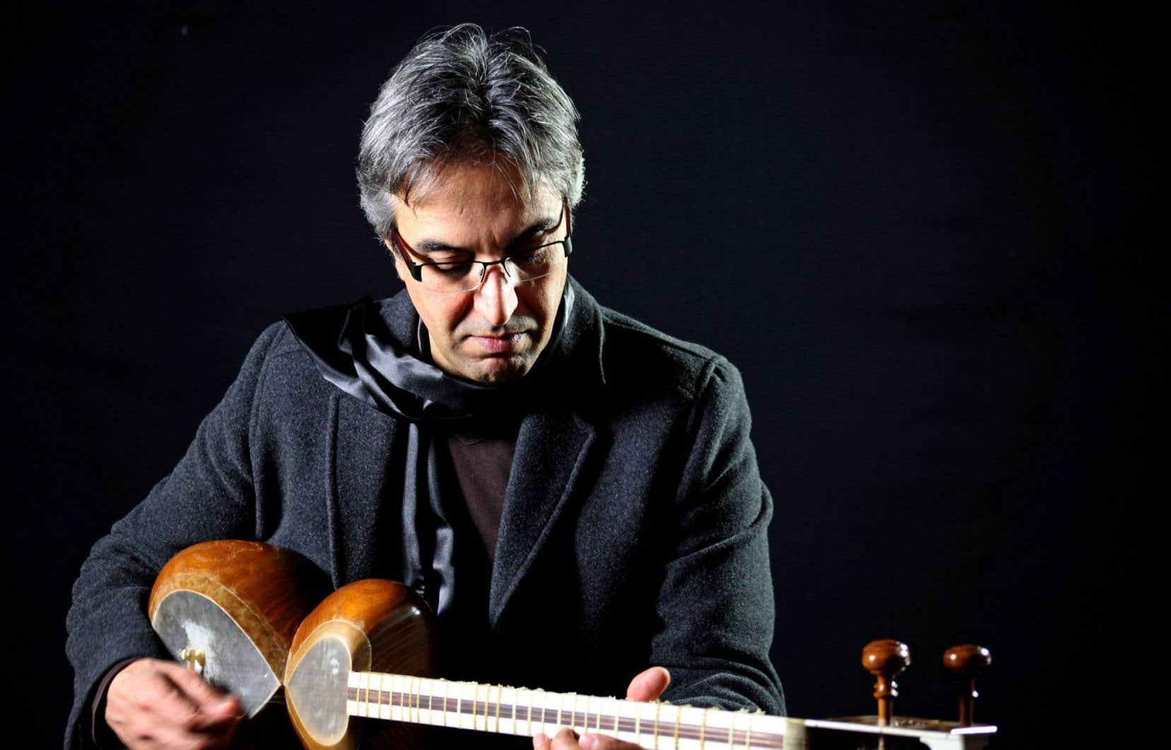Le leader de l'ensemble Dastan, Hamid Motebassem
