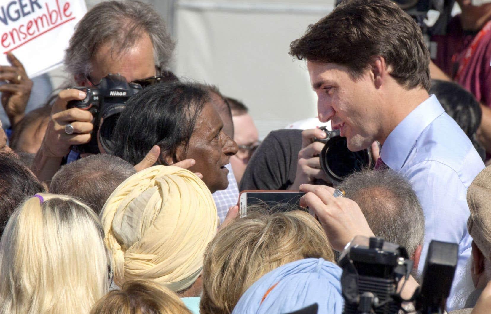 Le chef libéral, Justin Trudeau, a tenu vendredi matin un point de presse sur le site d'un transporteur aérien tout près de l'aéroport Pierre-Elliott-Trudeau, qui porte le nom de son père.