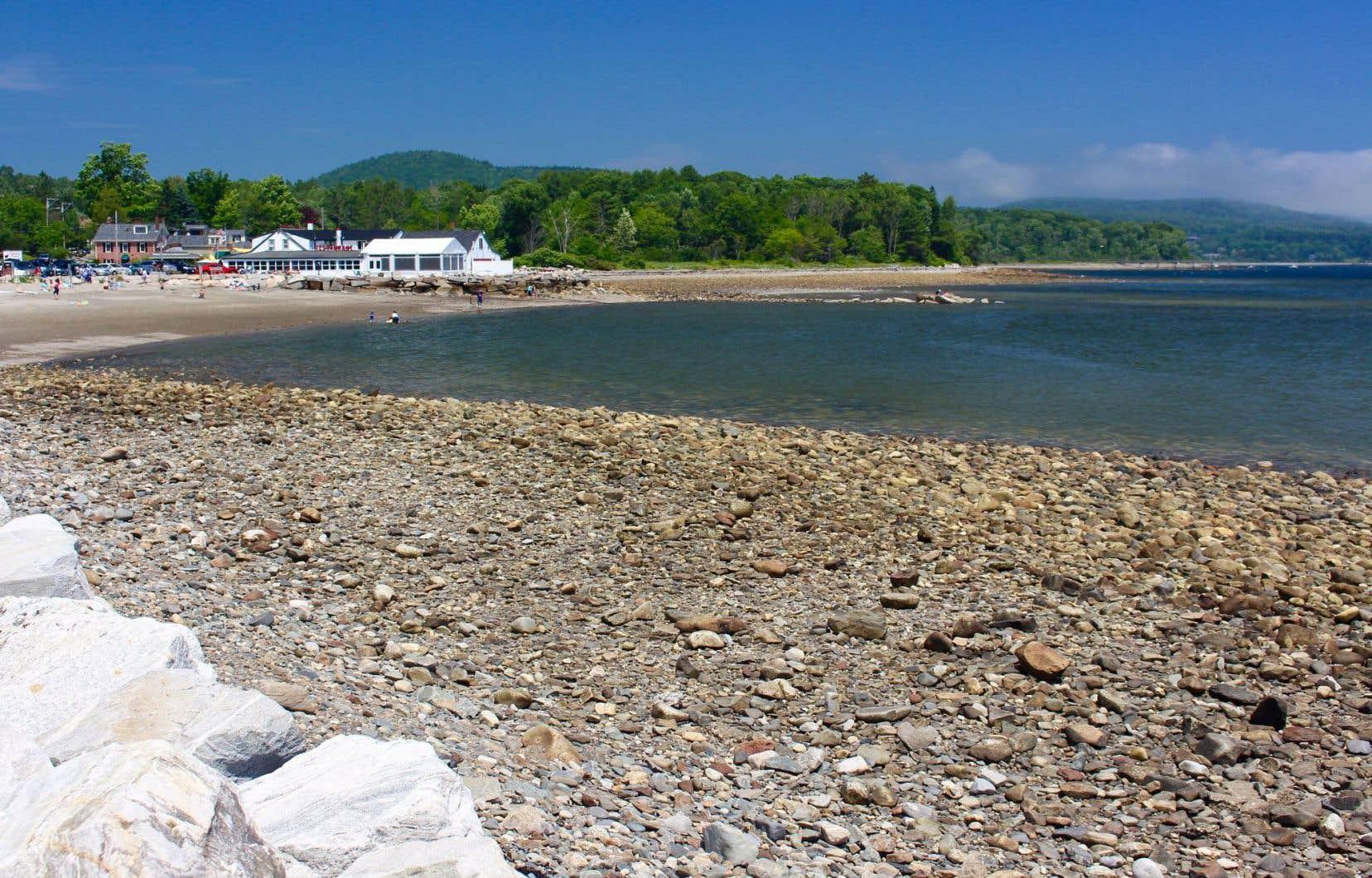 La plage de Lincolnville. Les rivages du centre du Maine sont la plupart du temps semés de galets.