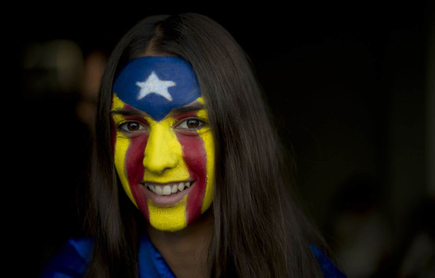 Une jeune Catalane arbore les couleurs de l'«estelada», symbole de l'indépendance.