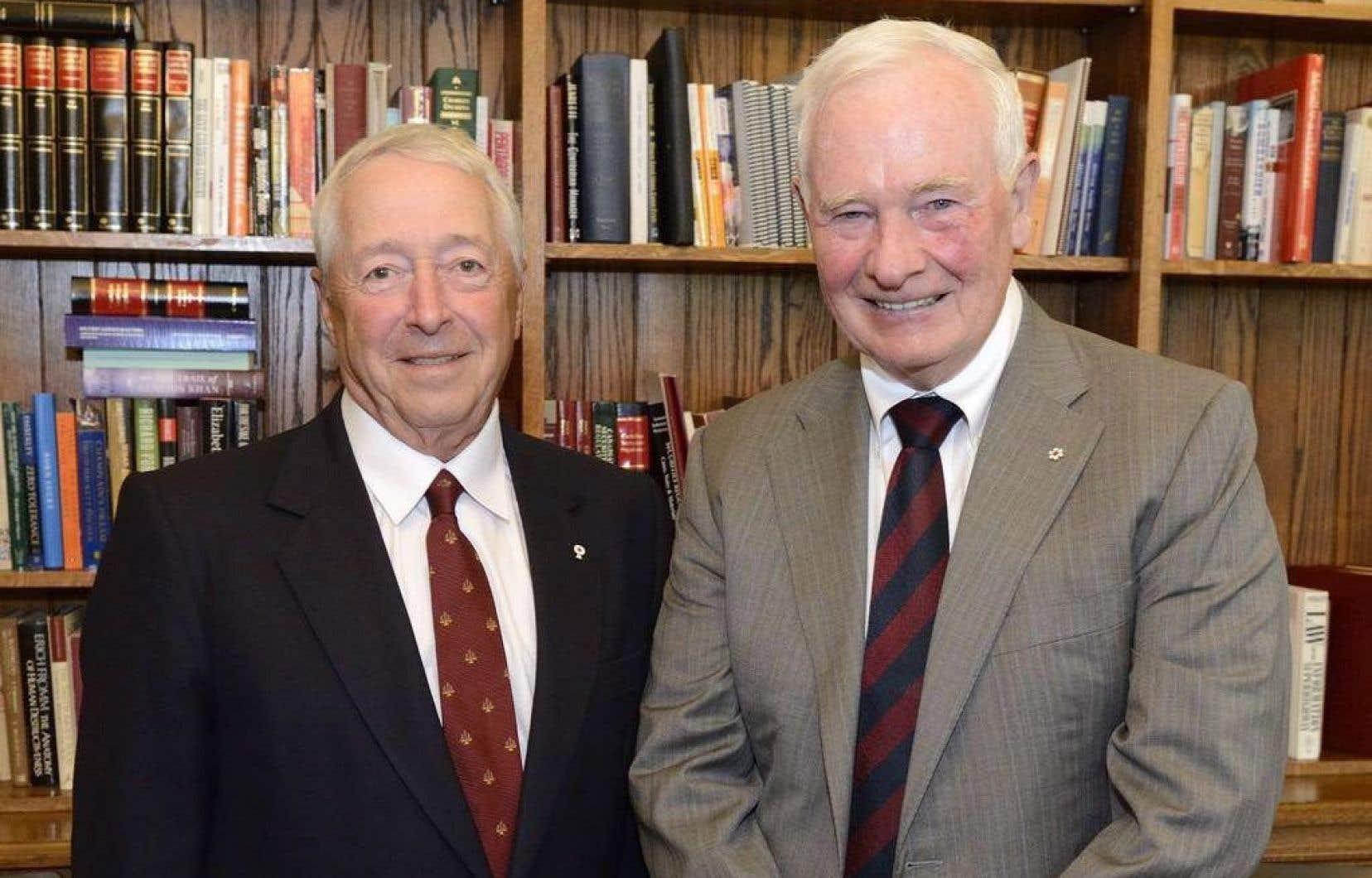 Celui qui sera élevé ce jeudi à la dignité de vice-roi, J.Michel Doyon (à gauche) pose avec le gouverneur général du Canada, Daniel Johnston, le 21juillet dernier.