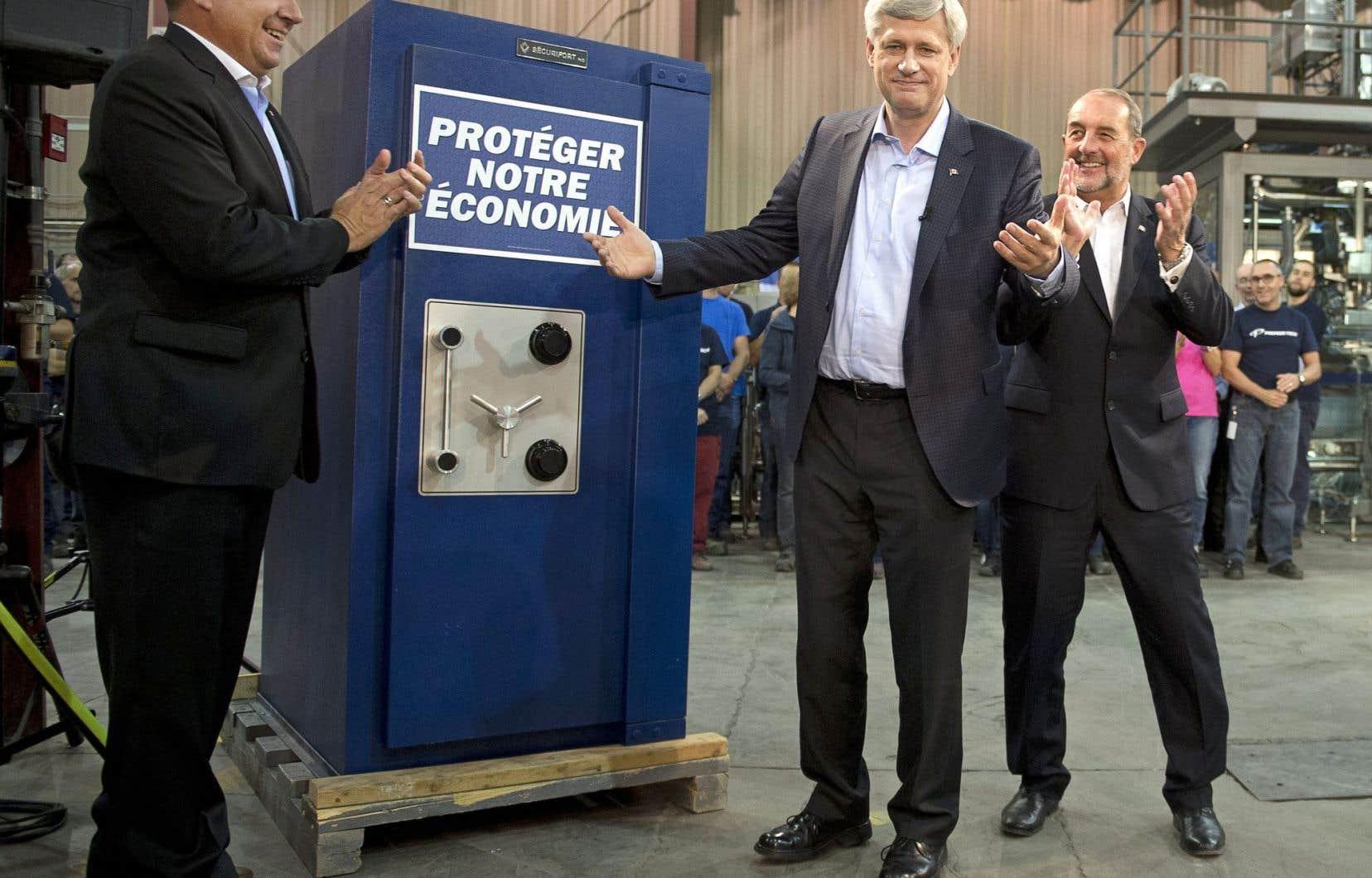 Pour illustrer sa promesse de vendredi, Stephen Harper a «verrouillé» une affiche «Hausses de taxes» dans un coffre-fort aux couleurs conservatrices lors de son passage à Rivière-du-Loup.