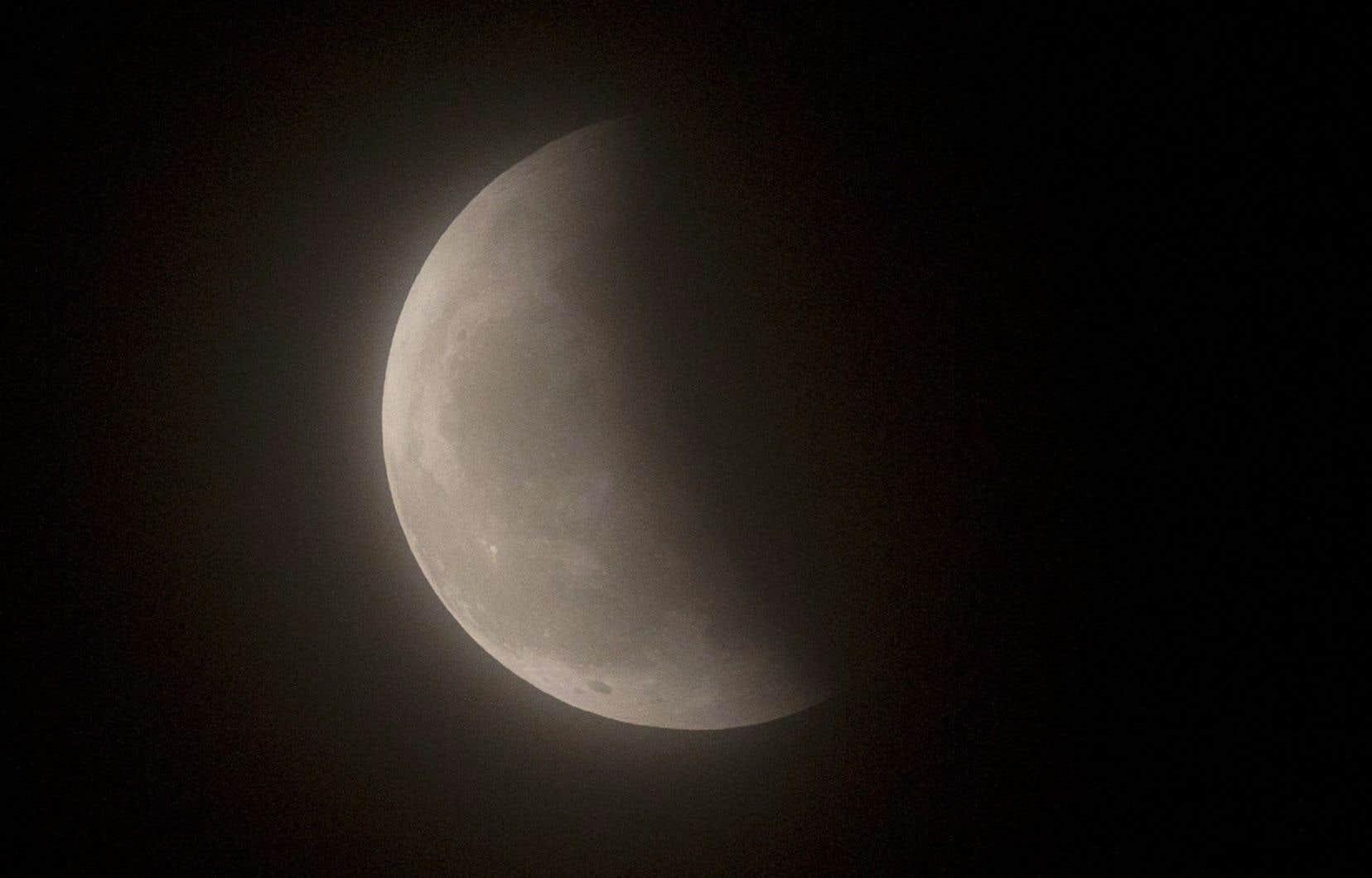 L'éclipse de dimanche se distinguera par le fait que la Lune sera à son périgée, c'est-à-dire au point de son orbite elliptique le plus rapproché de la Terre, d'où le surnom de super Lune.