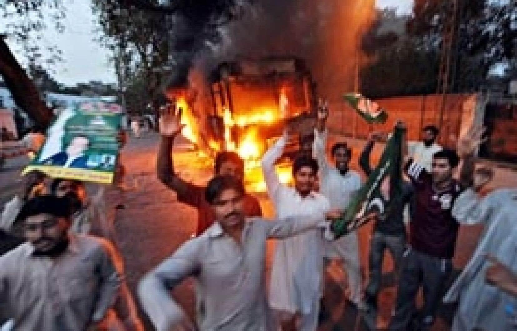 Des partisans de l'opposition au Pakistan ont manifesté hier contre la décision du gouvernement de tenter d'assigner à résidence Nawaz Sharif. Ce dernier a toutefois renoncé à tenir aujourd'hui une démonstration de force dans les rues d'Is