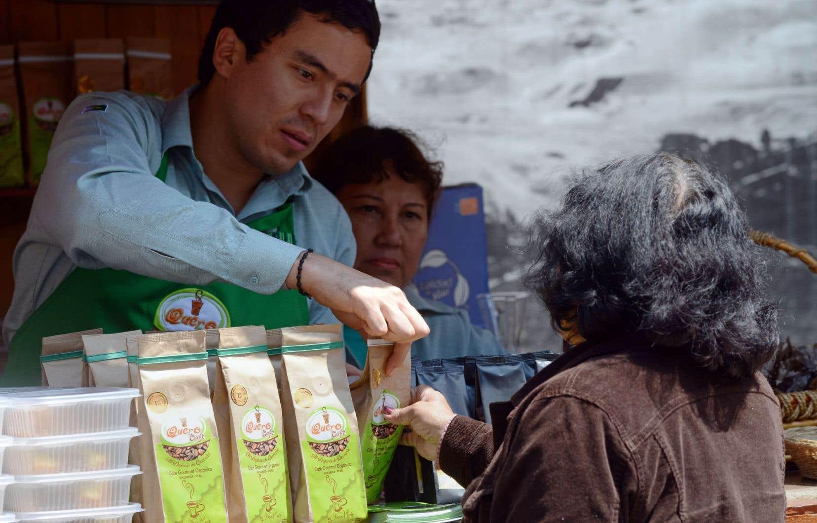 À Lima, un producteur de café vend son produit directement aux consommateurs. Le FMI, la Banque mondiale et les ministres des Finances du G20 tiendront leur grande réunion annuelle au Pérou la semaine prochaine.
