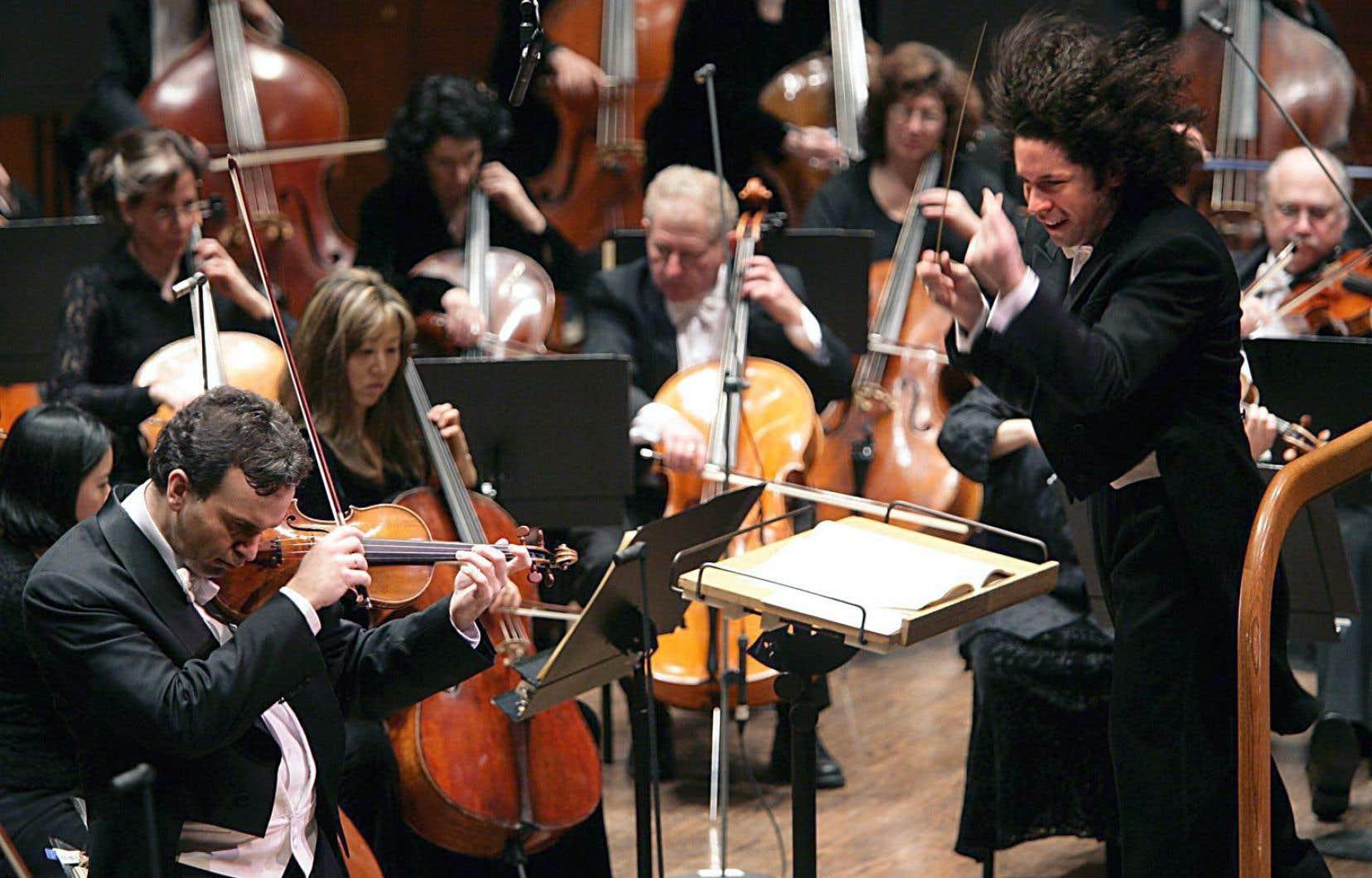 Le violoniste Gil Shaham en concert avec l'Orchestre philharmonique de New York, dirigé ici par le jeune chef Gustavo Dudamel.
