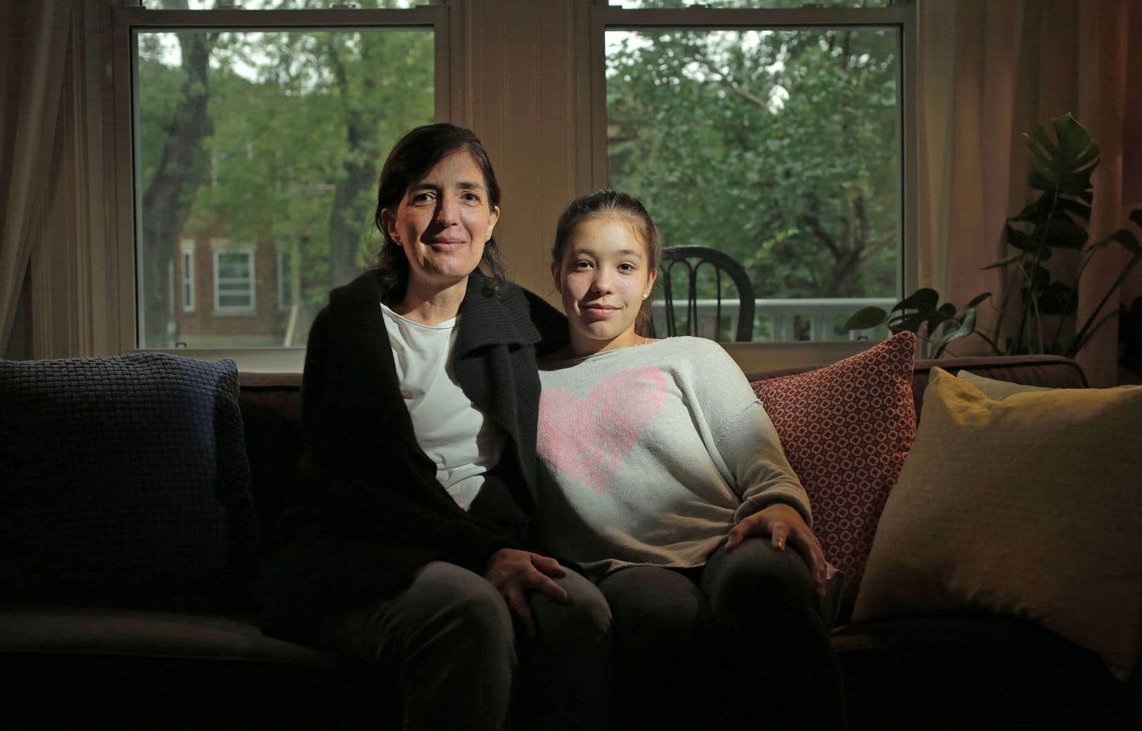 Louise et Juliette sont persuadées qu'elles n'y seraient jamais arrivées sans toute l'aide et tout le soutien reçus par l'école et les orthopédagogues côtoyés depuis le diagnostic. Elles s'inquiètent aujourd'hui des compressions dans le domaine scolaire.