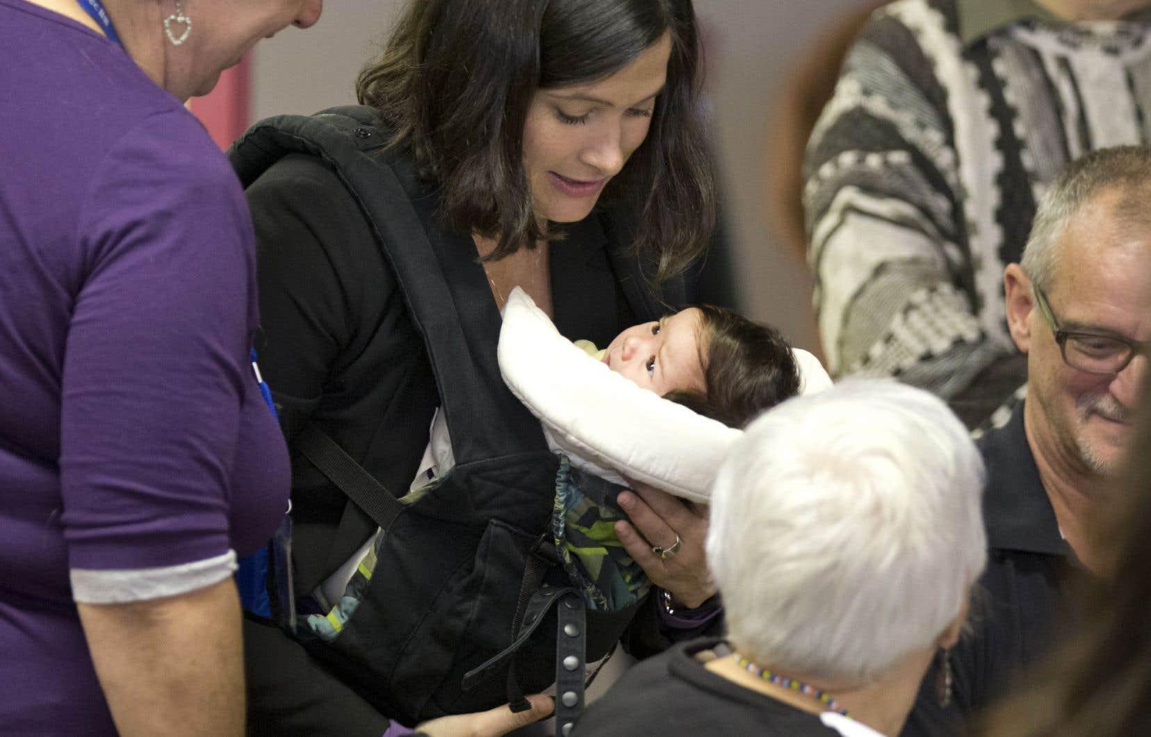 La candidate libérale Christine Poirier était au débat en compagnie de sa petite fille, Florence, née en pleine campagne électorale.