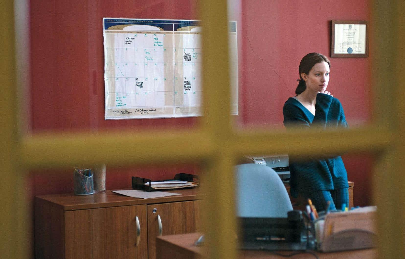 Le pivot de l'histoire, Rachel Marchand (excellente Laurence Lebœuf), voit sa vie personnelle et professionnelle s'effondrer quand un de ses «protégés» se suicide après qu'elle l'eut fait arrêter pour une peccadille.