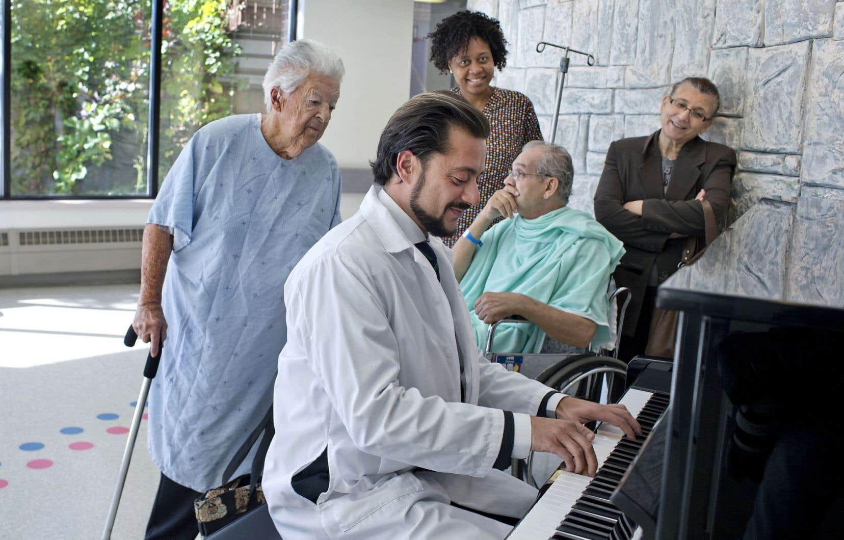 Pianiste à ses heures, le Dr Christian Boukaram croit que la musique a sa place au Département de radio-oncologie, tant pour alléger l'atmosphère que pour rassembler patients et aidants sur une note positive.
