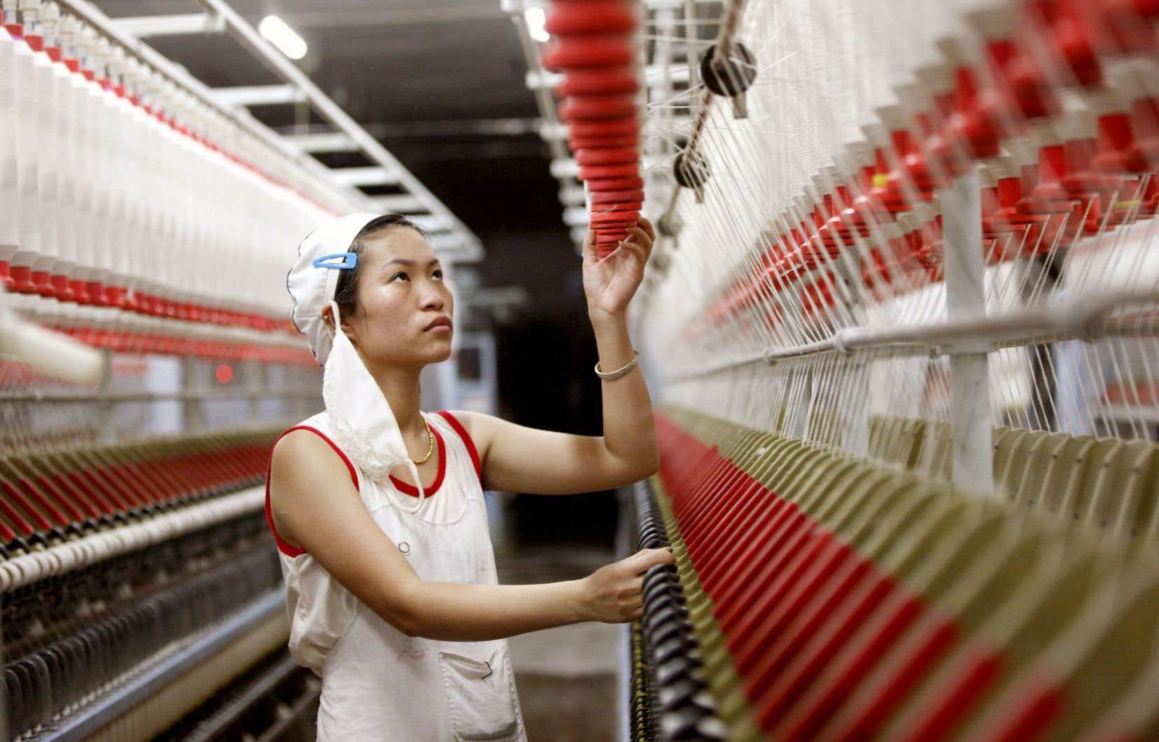 Une employée d'une usine de textile de Huaibei, dans le centre de la Chine