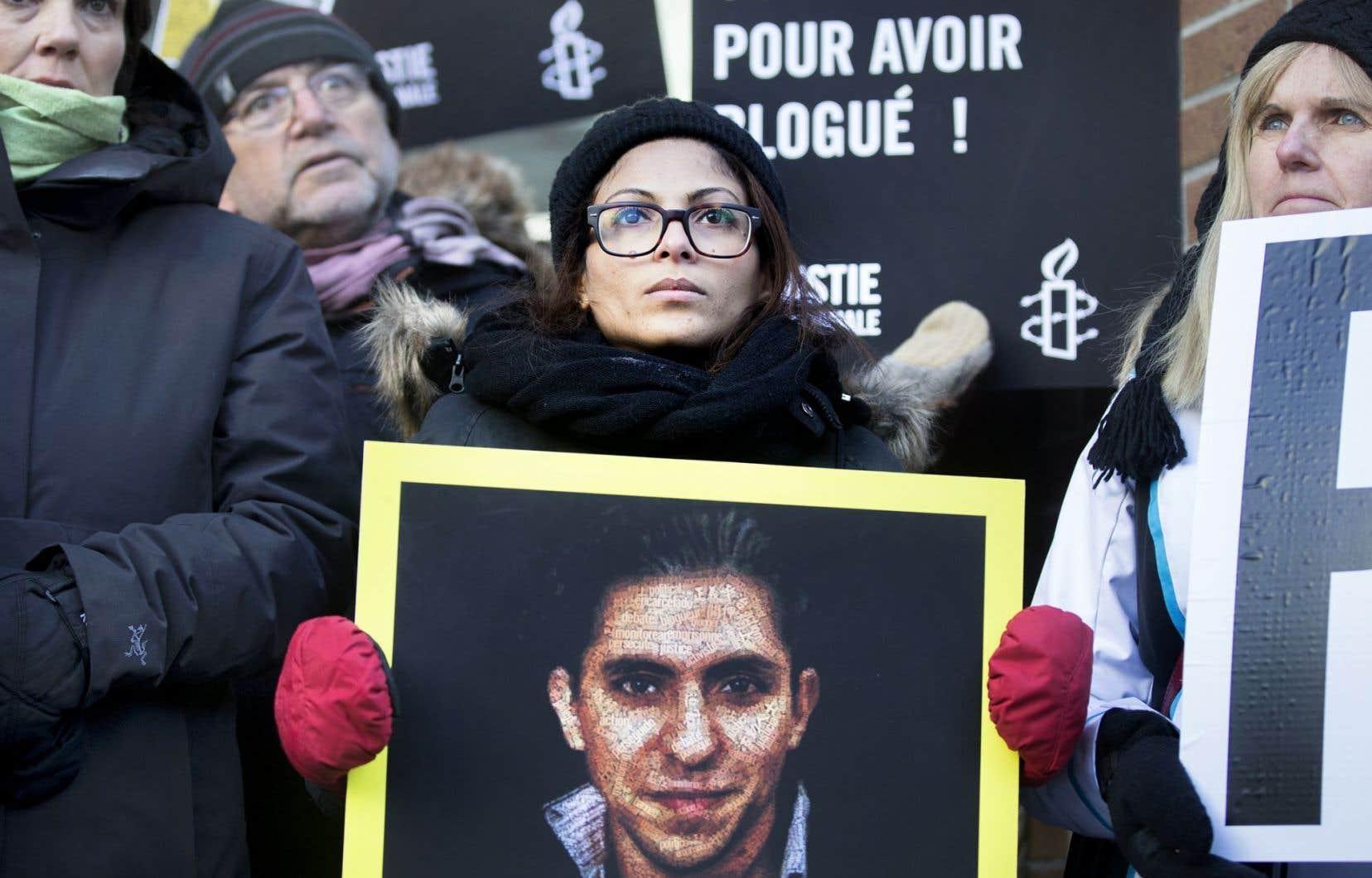 L'épouse de Raïf Badawi, Ensaf Haidar, tenait une affiche pour la libération de son mari en janvier dernier, à Montréal.