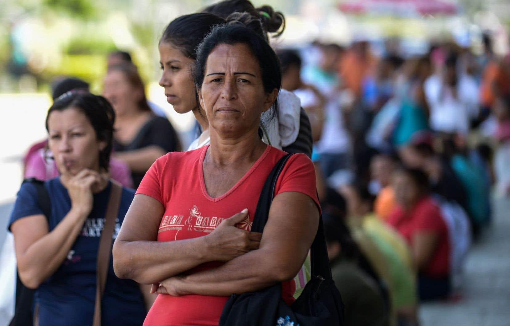 À Caracas, les gens doivent faire la file, parfois durant plusieurs heures, pour acheter les aliments de base dont le prix est régulé.