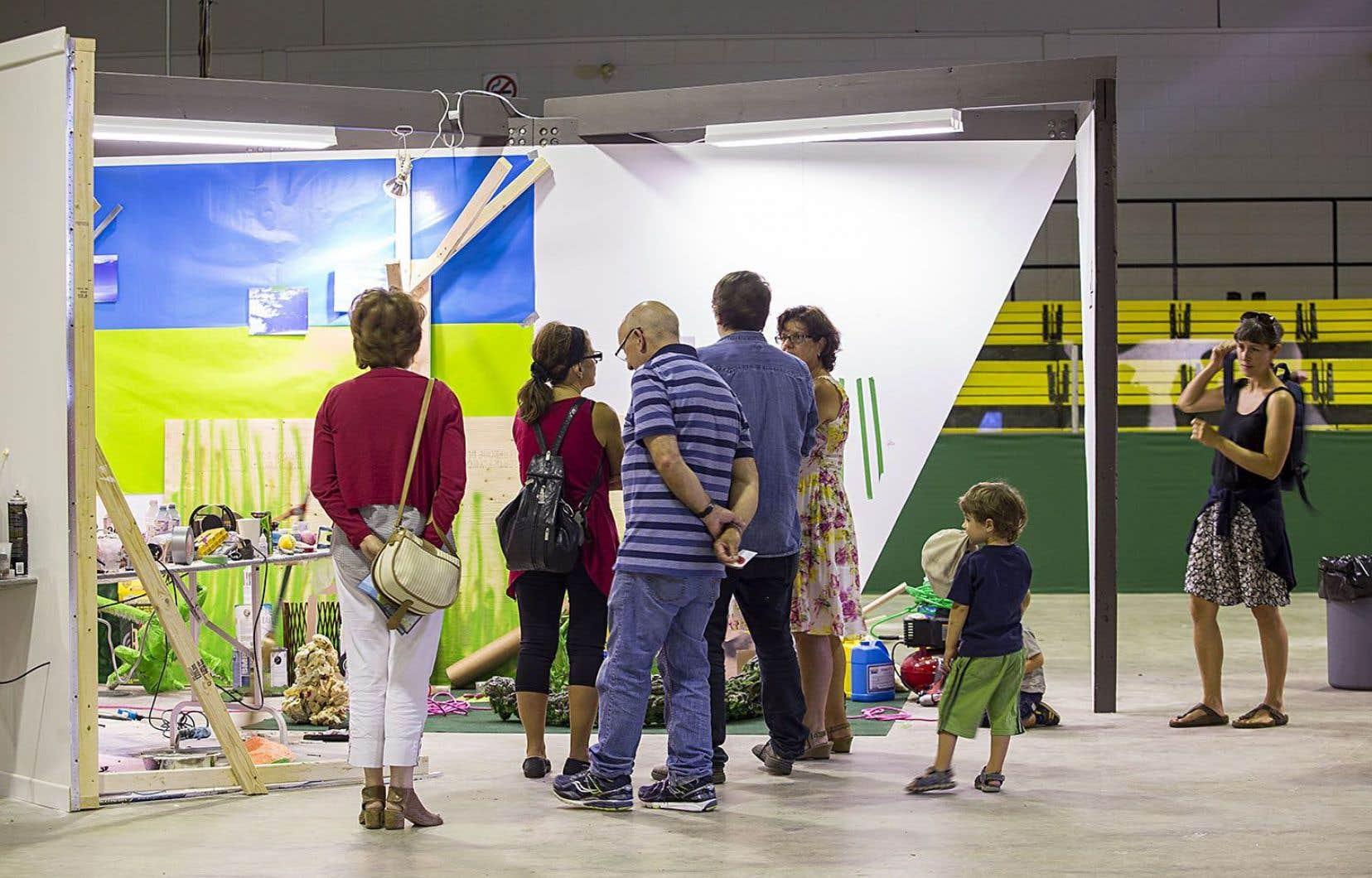 Lors du Symposium du Musée d'art contemporain de Baie-Saint-Paul, le public est invité à déambuler dans tout l'espace et à participer au processus de création.