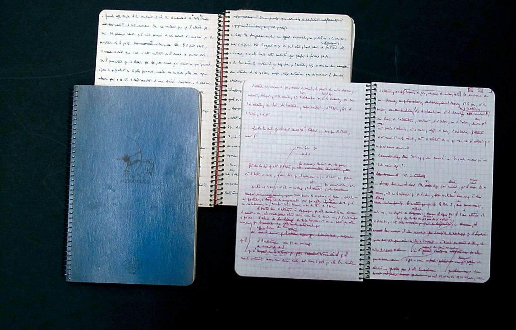 Détail de trois des 26 cahiers de Maurice Blanchot, contenant des notes de lecture et brouillons de lettres