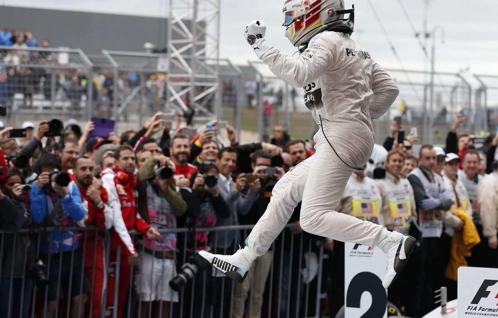 Lewis Hamilton est descendu avec style de sa voiture après avoir confirmé sa suprématie sur le circuit de la Formule 1.
