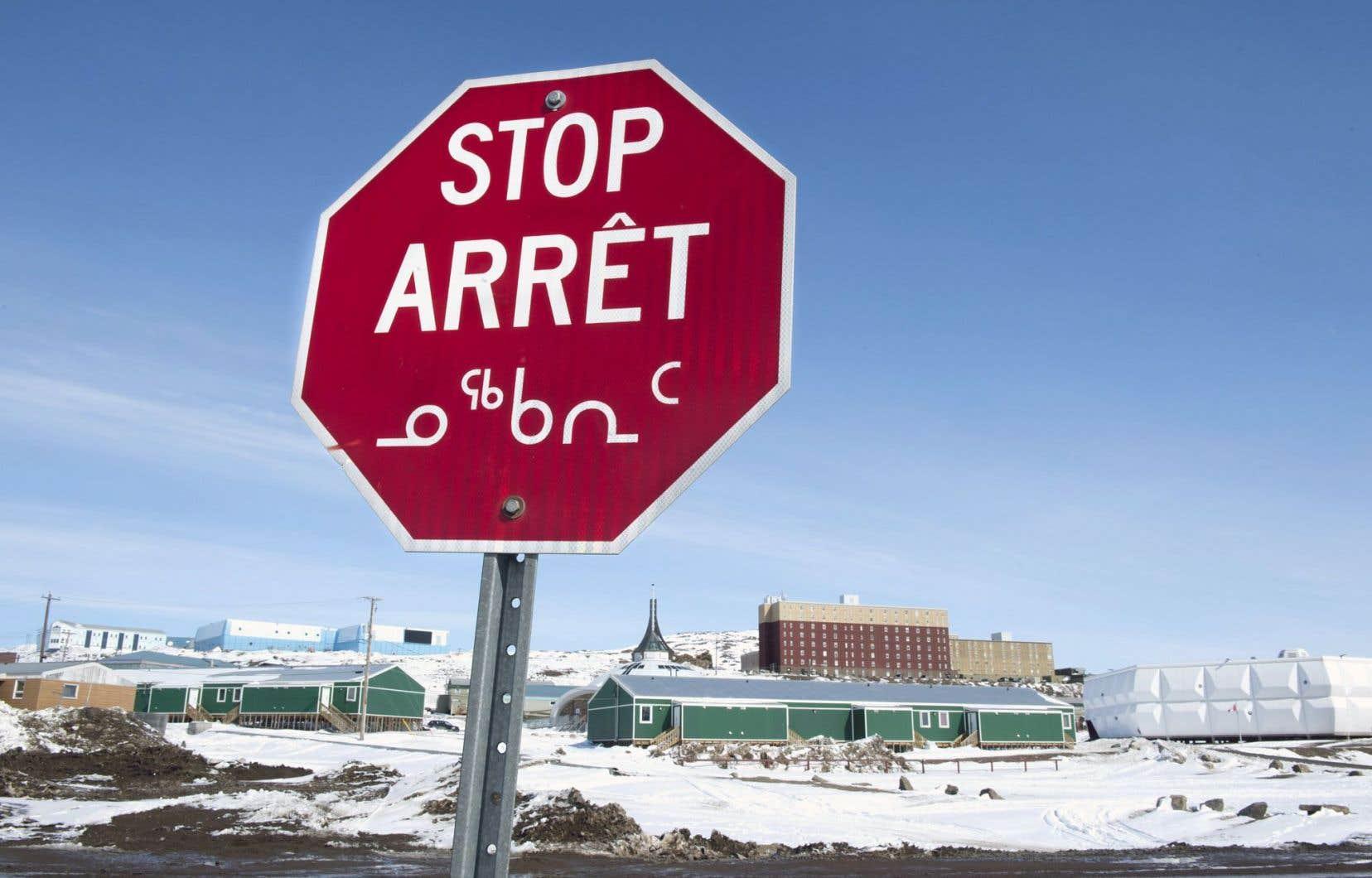 Philippe Couillard a indiqué vouloir étendre les frontières nord du Québec afin d'éviter les entraves à d'éventuels projets du Plan Nord. Ci-dessus, un panneau «arrêt», à Iqaluit.
