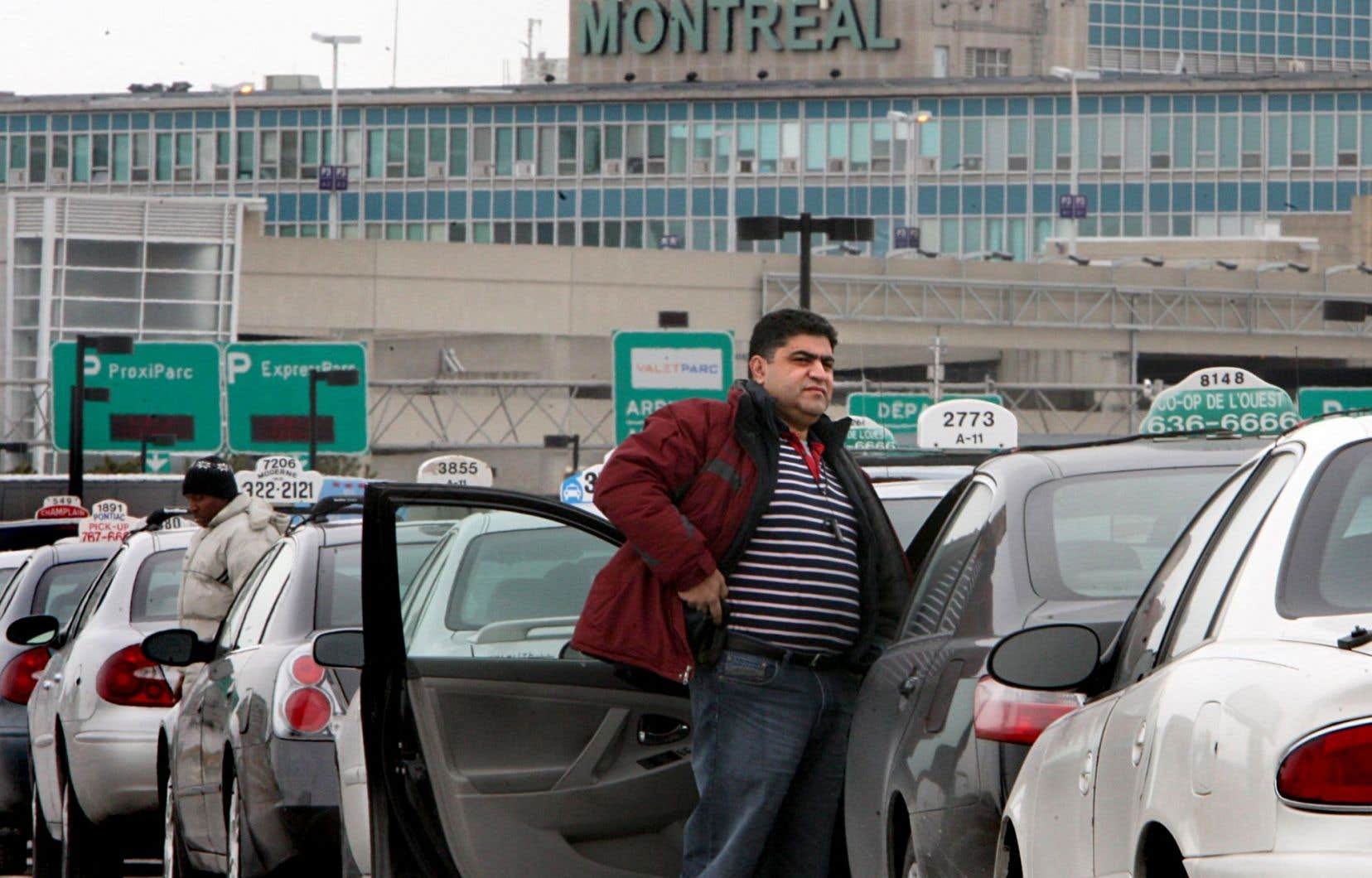 Le chauffeur devra aussi descendre de son taxi et ouvrir la portière pour faire monter ses clients et faire de même lors de l'arrivée à destination.
