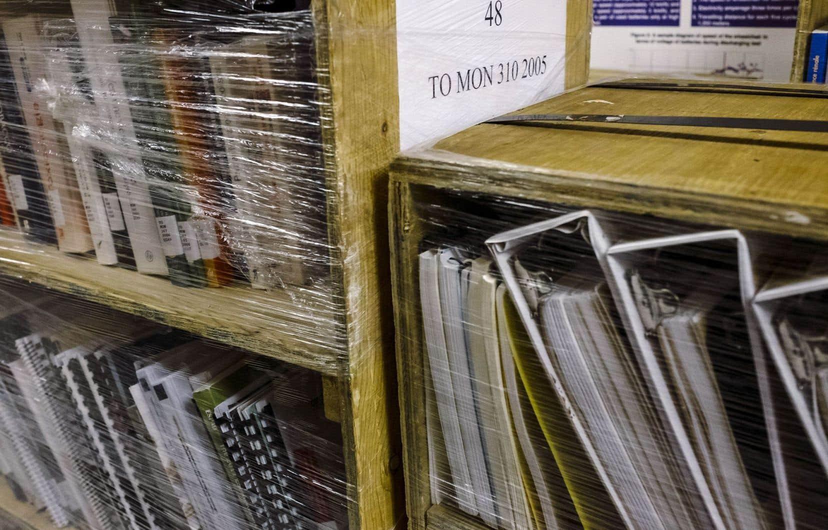 Des milliers de livres, manuels, rapports et autres documents dorment dans les couloirs du sous-sol de l'Institut de réadaptation en déficience physique de Québec.