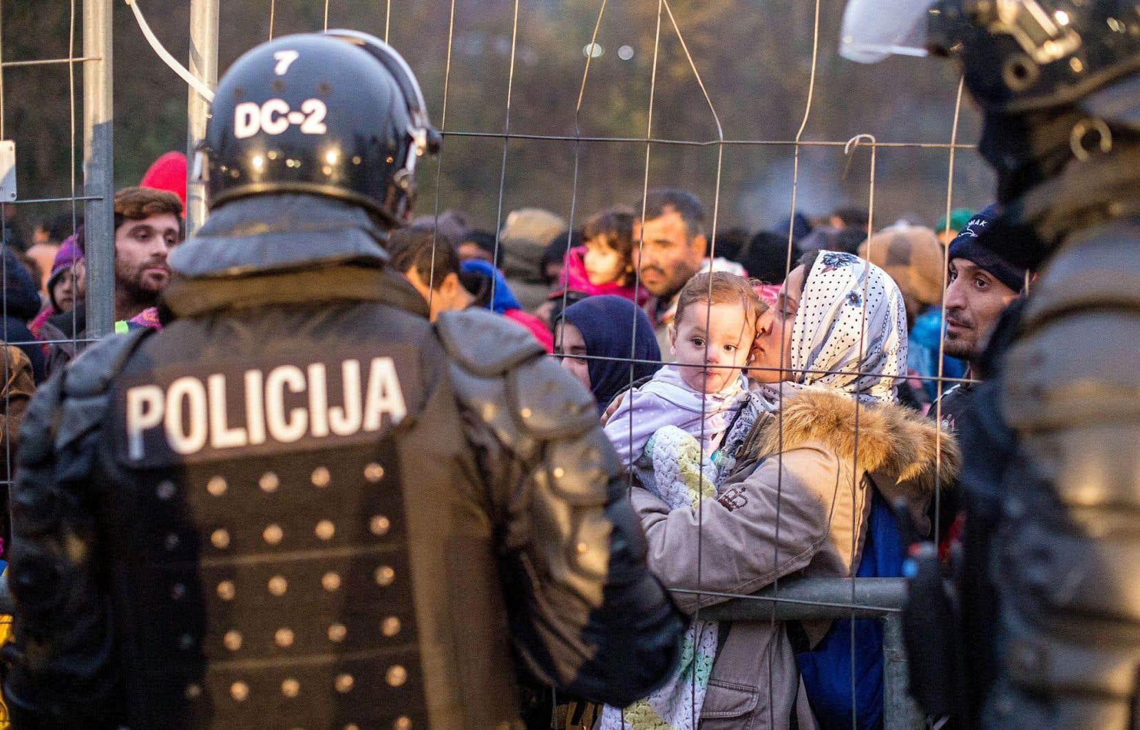 Des policiers anti-émeutes slovènes montent la garde à la frontière séparant la Slovénie et l'Autriche, où les migrants espèrent aller.