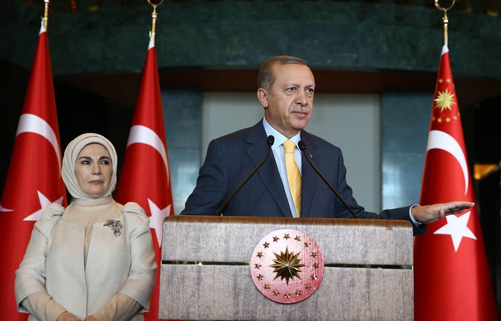 Les critiques accusent Recep Tayyip Erdogan d'organiser des rassemblements partisans afin d'engranger des votes pour son parti (AKP)alors que la loi l'oblige à rester neutre.<br />