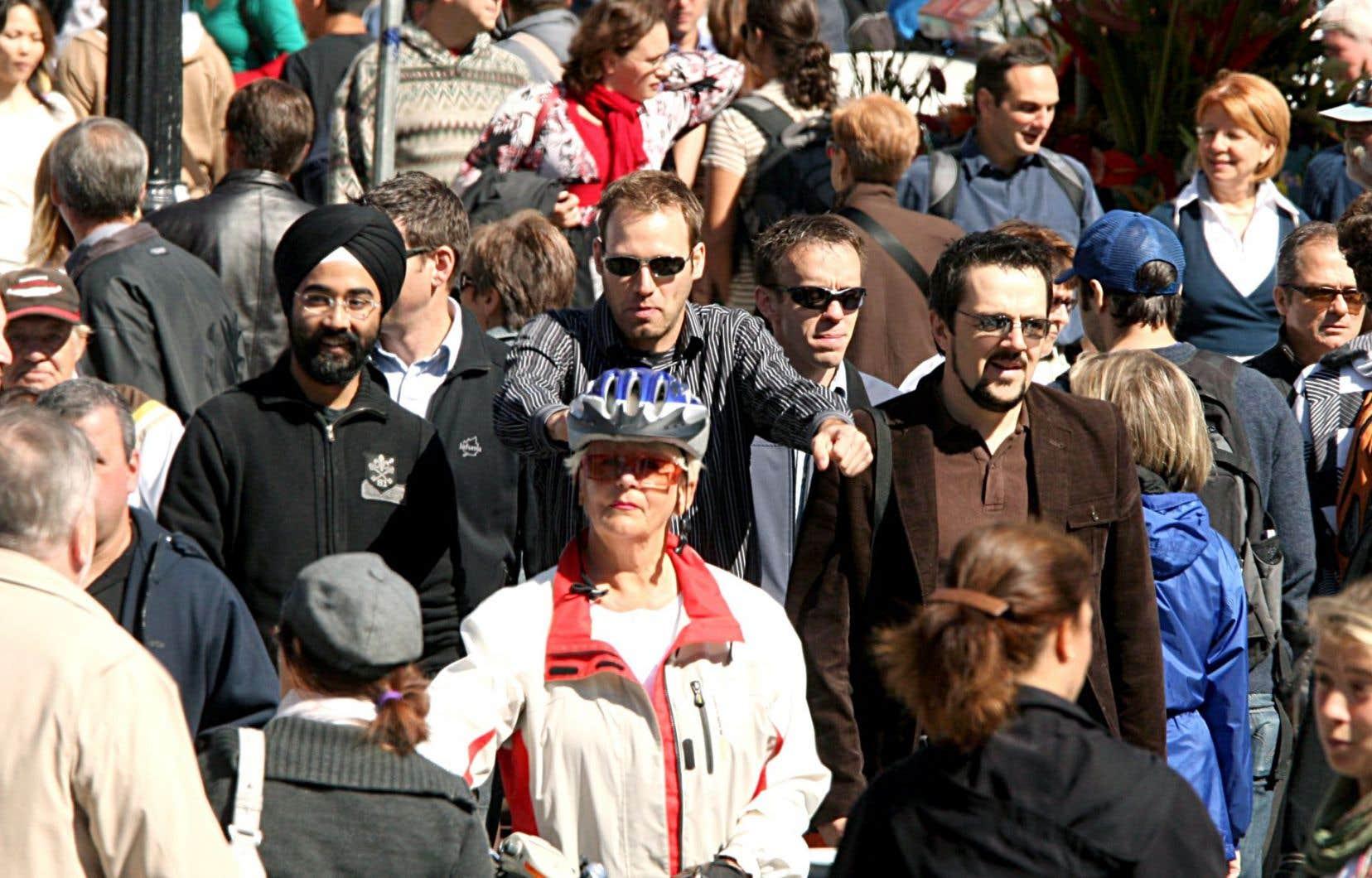 Une enquête révèle que si 5,5% des Québécois se disaient dérangés par le port d'une croix (chrétienne), 25% l'étaient pour la kippa (juive), et 30,5% pour le turban (sikh).