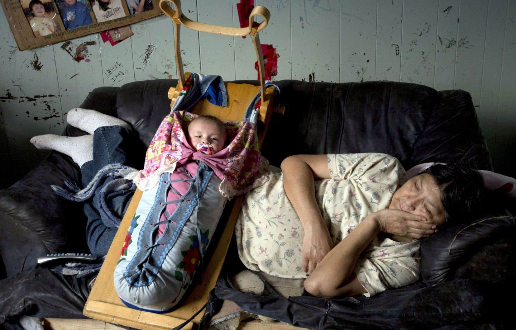 Cette femme ojibwée vivant dans la réserve de Fort Hope, en Ontario, prend soin de sa nièce, une petite fille de 11 mois qui est, elle, en pleine santé.
