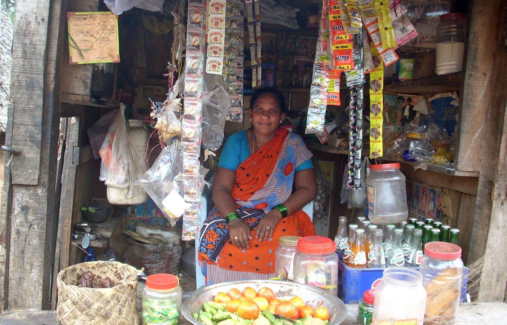 Ambati Polamma a fait partie du premier groupe de femmes aidées par l'AIPE dans le village de l'Andhra Pradesh, en Inde. Depuis l'ouverture de son commerce, elle peut envoyer ses enfants à l'école et a remboursé ses dettes au prêteur usurier local.