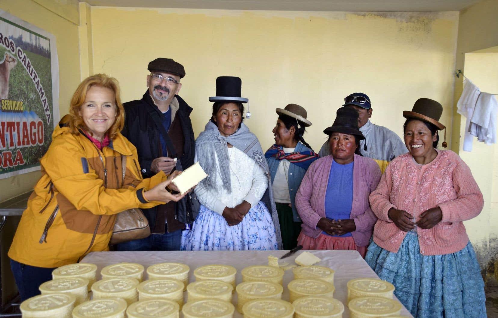 Marie Denise Pelletier en compagnie du directeur général de L'Œuvre Léger, Norman MacIsaac, et de productrices laitières au Pérou, aidées par Cindes