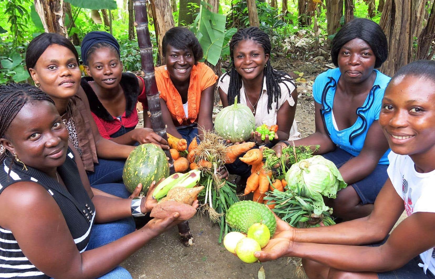Des femmes de Marigot, en Haïti, montrent le fruit de leur travail.