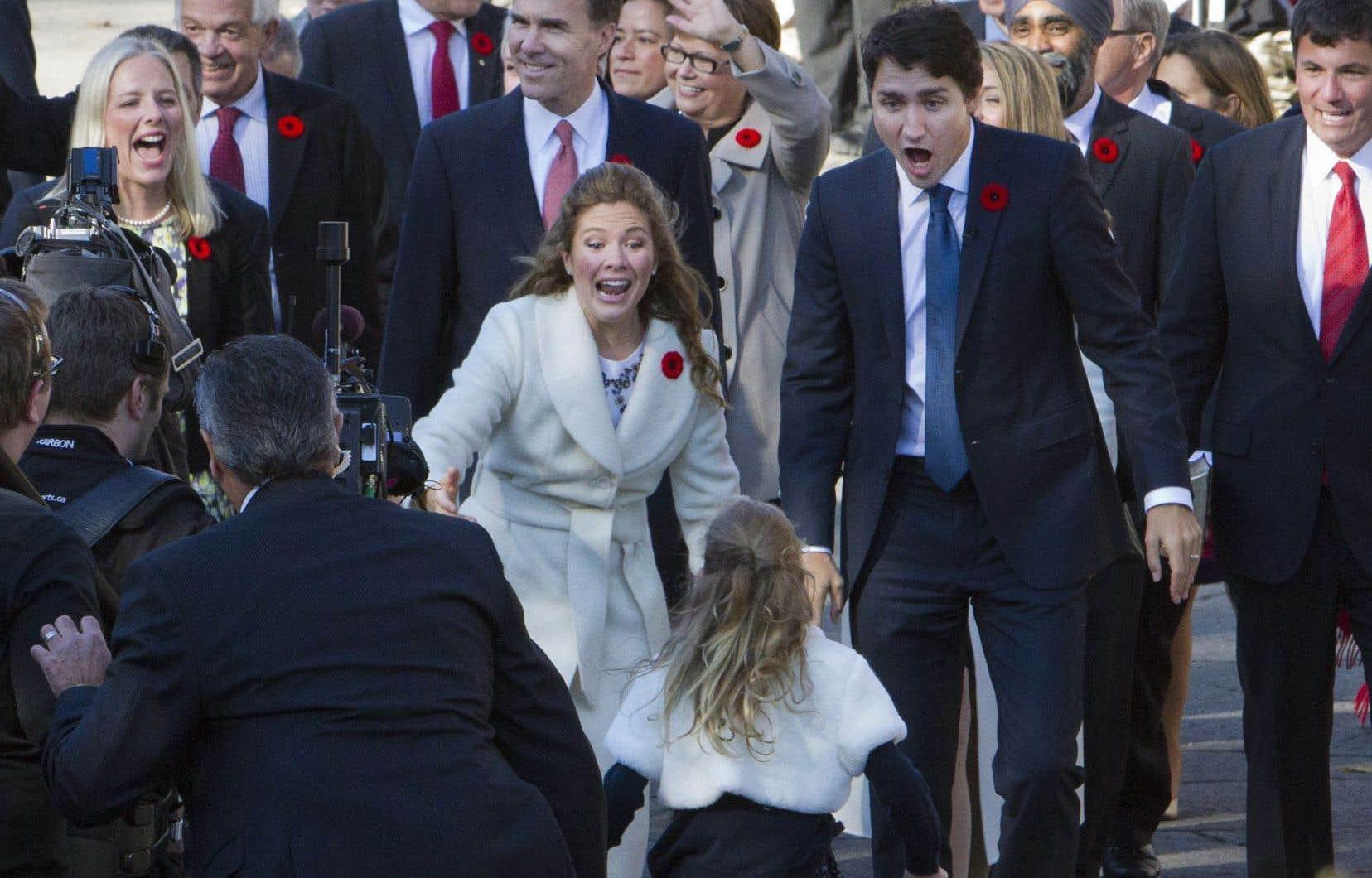 Justin Trudeau et sa conjointe Sophie Grégoire accueillent avec amusement leur fille à Rideau Hall. M. Trudeau est arrivé à pied à la résidence du gouverneur général pour son assermentation à titre de premier ministre du Canada, entouré de ses ministres désignés.